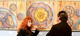 l'artista Anna Maria Guarnieri che presenta la propria opera al direttore della Biennale John Spike