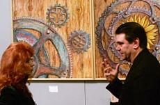 Il direttore della Biennale John Spike a colloquio con l'artista Anna Maria Guarnieri