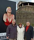 L'artista Carole Feuerman con i fratelli Celona